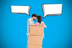 Image composée de jeunes ajouter heureux aux boîtes mobiles et à la tirelire Image stock