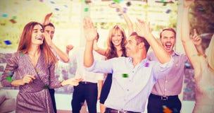 Image composée de jeunes amis dansant sur le plancher Image stock