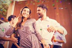 Image composée de jeunes amis gais dansant ensemble Image stock