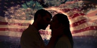 Image composée de jeunes couples attrayants environ à embrasser Photos stock