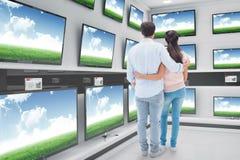 Image composée de jeunes couples attrayants se tenant avec des bras autour Image stock