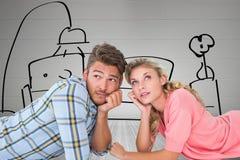 Image composée de jeunes couples attrayants se trouvant et pensant Photo libre de droits