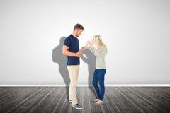 Image composée de jeunes couples ayant un argument photographie stock