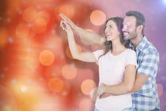 Image composée de jeunes couples heureux embrassant et se dirigeant vers le haut Photographie stock libre de droits