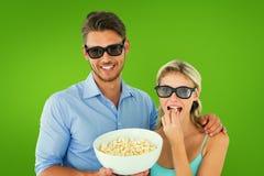 Image composée de jeunes couples heureux portant les lunettes 3d mangeant du maïs éclaté Photo libre de droits