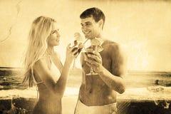 Image composée de jeunes couples heureux tenant des cocktails Images libres de droits