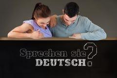Image composée de jeunes couples regardant en bas d'un mur Image libre de droits