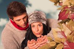 Image composée de jeunes couples soufflant au-dessus des mains Photo libre de droits