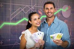 Image composée de jeunes couples tenant l'argent Photo stock