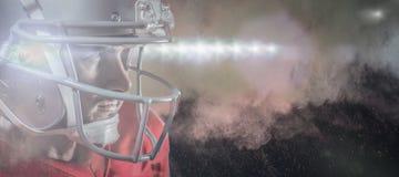 Image composée de joueur de football américain sérieux dans le débardeur rouge regardant loin Photographie stock libre de droits