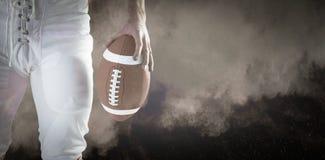 Image composée de joueur de football américain tenant le football Photos libres de droits
