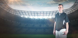 Image composée de joueur de froncement de sourcils de rugby avec des bras croisés Photos libres de droits
