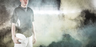 Image composée de joueur de froncement de sourcils de rugby avec des bras croisés Image libre de droits