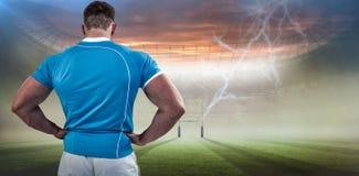 Image composée de joueur de rugby avec des mains sur des hanches Image libre de droits