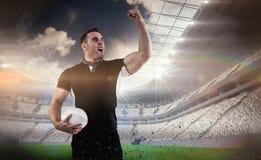 Image composée de joueur de rugby encourageant avec la boule photo libre de droits