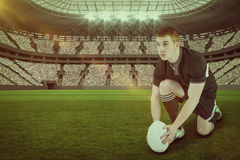 Image composée de joueur de rugby prête à faire un coup-de-pied de baisse avec 3d Photographie stock libre de droits