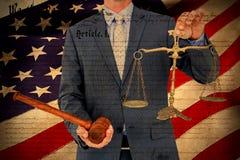 Image composée de l'échelle et du marteau masculins de participation d'avocat sur le fond blanc Images libres de droits