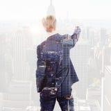 Image composée de l'écriture d'homme d'affaires de vue arrière avec la craie Image stock