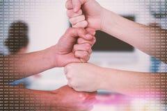 Image composée de l'image cultivée des personnes avec les poings empilés Photo stock