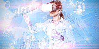 Image composée de l'exécutif femelle à l'aide du casque de réalité virtuelle images libres de droits