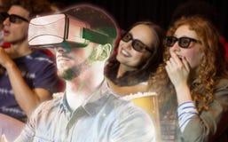 Image composée de l'homme à l'aide d'un dispositif de réalité virtuelle Image libre de droits