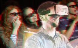 Image composée de l'homme à l'aide d'un dispositif de réalité virtuelle Photos libres de droits