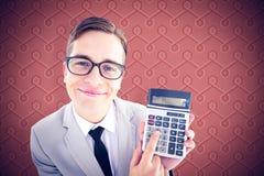 Image composée de l'homme d'affaires de sourire geeky montrant la calculatrice Photographie stock libre de droits