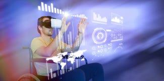 Image composée de l'homme employant des verres de réalité virtuelle tout en se reposant sur le fauteuil roulant Image libre de droits