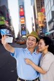 Image composée de l'homme et de la femme prenant une photo Photographie stock