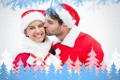 Image composée de l'homme joyeux attirant donnant à amie un baiser et un présent Photos libres de droits