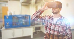 Image composée de l'homme occasionnel d'homme tenant les verres virtuels sur un fond blanc Image stock