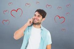 Image composée de l'homme occasionnel heureux parlant au téléphone Images stock