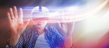 Image composée de l'homme supérieur employant des verres de réalité virtuelle Images libres de droits