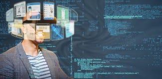 Image composée de l'homme utilisant le casque virtuel 3d de simulateur Photos libres de droits