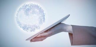 Image composée de l'image cultivée de l'homme d'affaires tenant la tablette 3d Image libre de droits