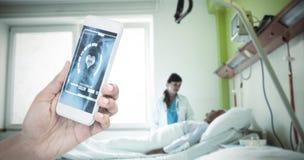 Image composée de l'image cultivée de la femme d'affaires tenant le téléphone intelligent image libre de droits