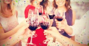 Image composée de l'image cultivée de la main grillant des verres de vin Image stock