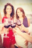 Image composée de l'image cultivée de la main tenant des verres de vin Photo stock