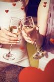 Image composée de l'image cultivée des femmes grillant la cannelure de champagne Image libre de droits