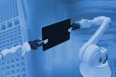 Image composée de l'image produite numérique des robots tenant le comprimé 3d d'ordinateur Image stock