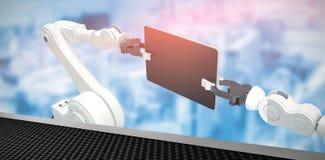 Image composée de l'image produite numérique des robots tenant le comprimé 3d d'ordinateur Image libre de droits