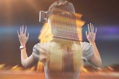 Image composée de la femme à l'aide d'un dispositif de réalité virtuelle Photographie stock libre de droits