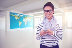Image composée de la femme asiatique de sourire à l'aide du smartphone Image stock