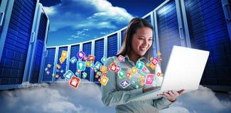 Image composée de la femme d'affaires de sourire à l'aide de l'ordinateur portable 3d Photo stock