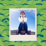 Image composée de la femme de sourire de hippie s'asseyant sur la valise Images libres de droits