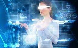 Image composée de la femme employant les verres visuels virtuels sur le fond blanc Photos libres de droits