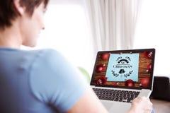 Image composée de la femme enceinte à l'aide de son ordinateur portable Images stock