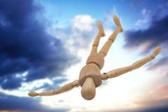 Image composée de la figurine 3d en bois se trouvant sur le plancher avec la diffusion de bras Images stock
