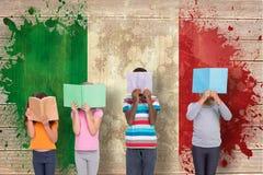 Image composée de la lecture élémentaire d'élèves Images stock