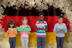 Image composée de la lecture élémentaire d'élèves Photographie stock libre de droits